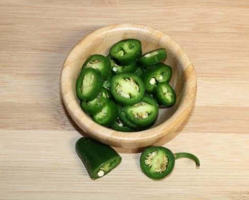 peperoncino jalapeno su un tagliere