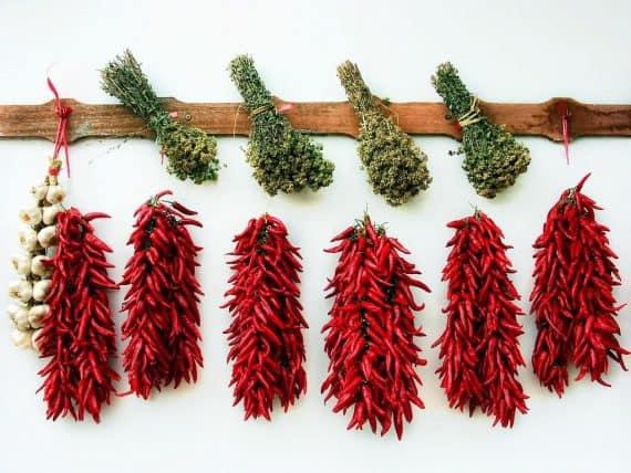 mazzetti di peperoncino essiccato